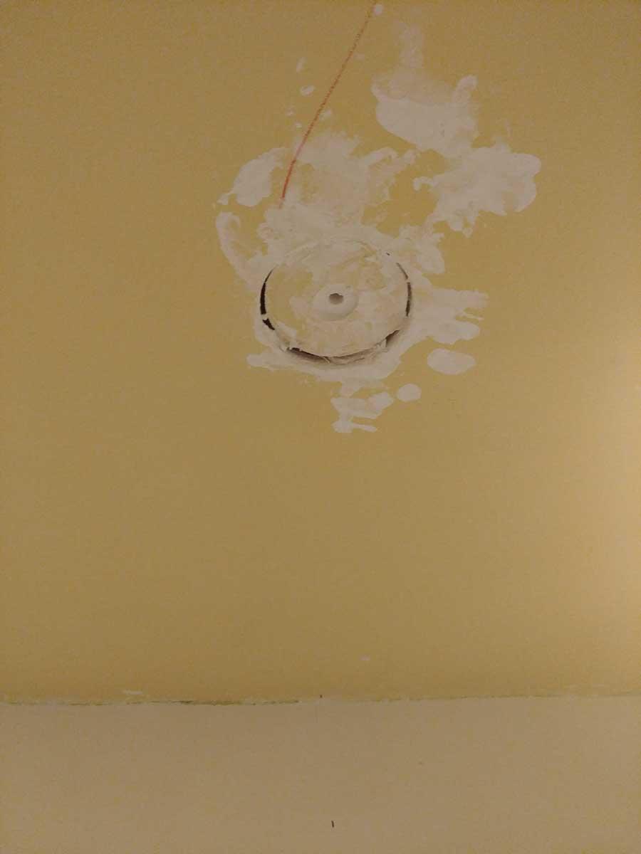 Tapado de agujeros de alógenos de techo con escayola.